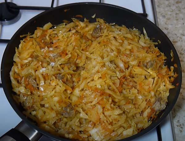 капуста-с-рисом-и-мясом-тушеная-на-сковороде-7