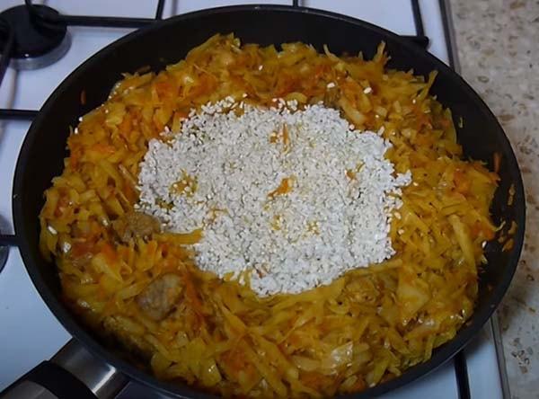 капуста-с-рисом-и-мясом-тушеная-на-сковороде-8