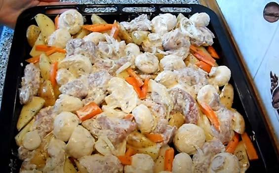 свинина-в-духовке-с-картошкой-и-грибами-7