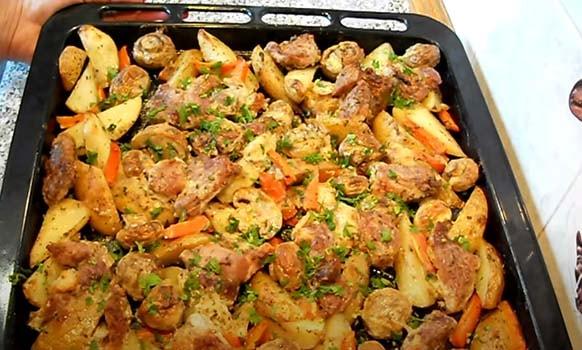 свинина-в-духовке-с-картошкой-и-грибами-8