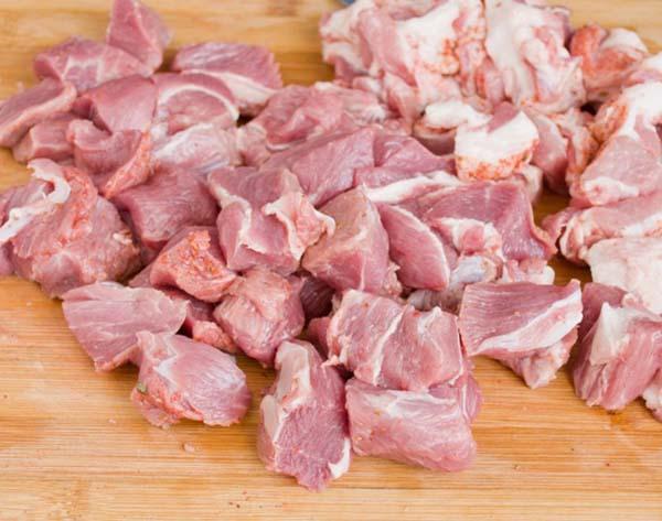 тушеная-капуста-со-свининой-на-сковороде-2