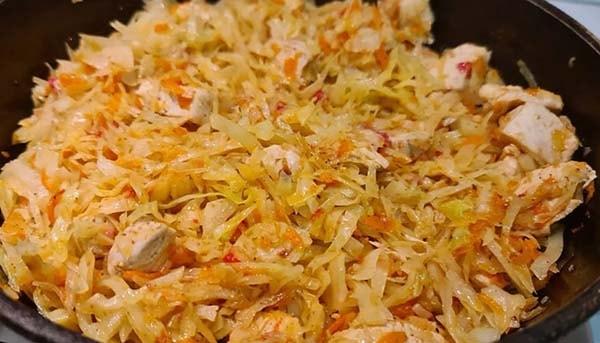 тушеная-капуста-со-свининой-на-сковороде-4