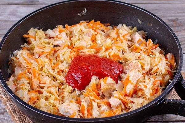 тушеная-капуста-со-свининой-на-сковороде-5