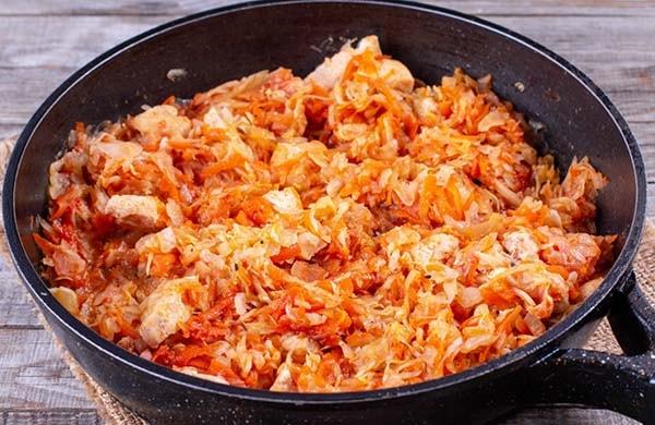 тушеная-капуста-со-свининой-на-сковороде-6