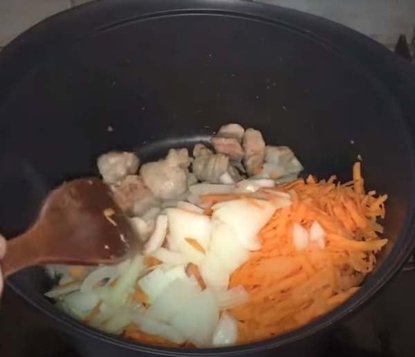 тушеная-капуста-со-свининой-в-кастрюле-2