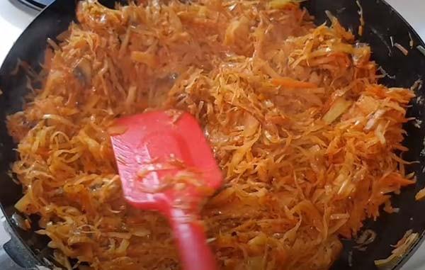 вкусная-тушеная-капуста-с-мясом-и-грибами-12