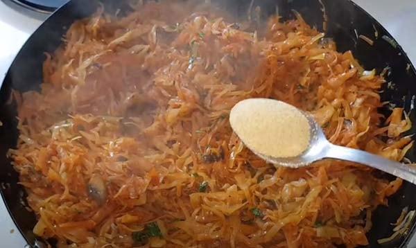 вкусная-тушеная-капуста-с-мясом-и-грибами-13