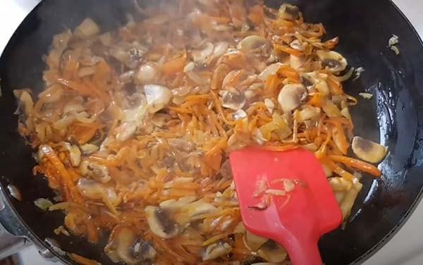 вкусная-тушеная-капуста-с-мясом-и-грибами-9